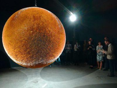 Robert Longo, Death Ball II, 2017/18; Galerie Metro Pictures, New York City und Galerie Thaddaeus Ropac, Salzburg © Robert Longo / Foto: Nora Landsberg