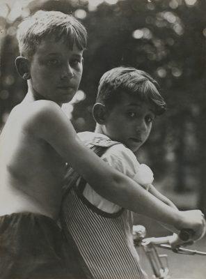 Aenne Biermann, Auf dem Rade, ca. 1930, 24,1 x 17,8 cm, Museum für Angewandte Kunst Gera; © Museum für Angewandte Kunst Gera
