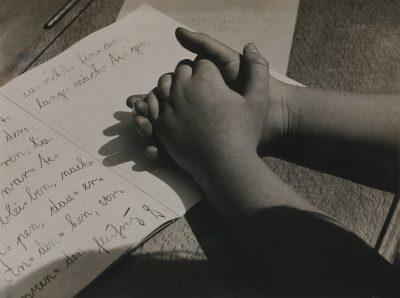 Aenne Biermann, Kinderhände, 1928, 12,8 x 17,0 cm, Museum für Angewandte Kunst Gera; © Museum für Angewandte Kunst Gera