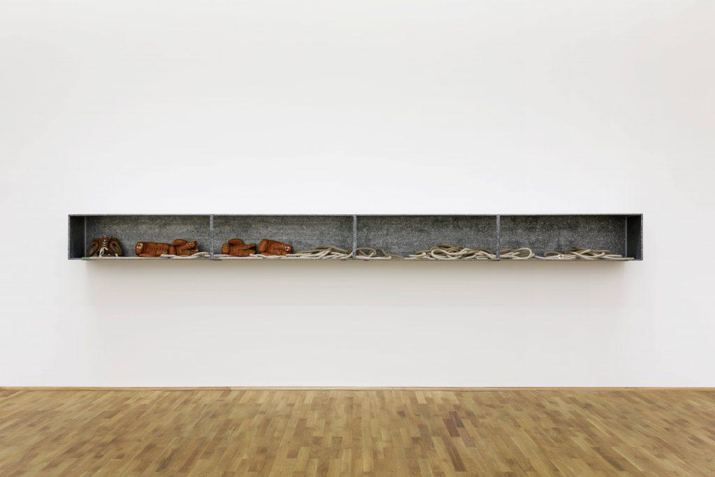 Joseph Beuys, Boxkampf für direkte Demokratie, 1972, 40 × 515 × 30,5 cm; MUSEUM FÜR MODERNE KUNST; © VG Bild-Kunst, Bonn 2018 / Foto: Axel Schneider