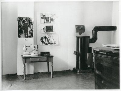Eva Beuys-Wurmbach, Nähtisch und Ölofen und Werke von Joseph Beuys im Raum Drakeplatz 4, 1962; Museum Schloss Moyland; © Eva Beuys und Joseph Beuys: VG Bild-Kunst, Bonn 2018