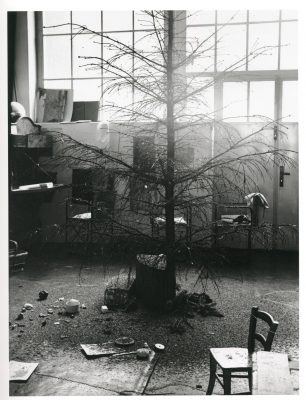 Eva Beuys-Wurmbach, The Needles of a Christmas Tree 1962, Installation von Joseph Beuys, Raum Drakeplatz 4, 1962; Museum Schloss Moyland; © Eva Beuys und Joseph Beuys: VG Bild-Kunst, Bonn 2018