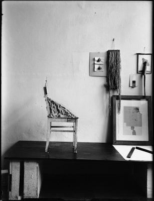Eva Beuys-Wurmbach, Konstellation von Joseph Beuys mit Stuhl mit Fett, 1962–1963 und anderen Werken im Raum Drakeplatz 4, 1963; Museum Schloss Moyland; © Eva Beuys und Joseph Beuys: VG Bild-Kunst, Bonn 2018