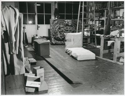 Eva Beuys-Wurmbach, Blick in den später hinzugekommenen Atelierraum von Joseph Beuys, Drakeplatz 4, 1967; Museum Schloss Moyland; © VG Bild-Kunst, Bonn 2018