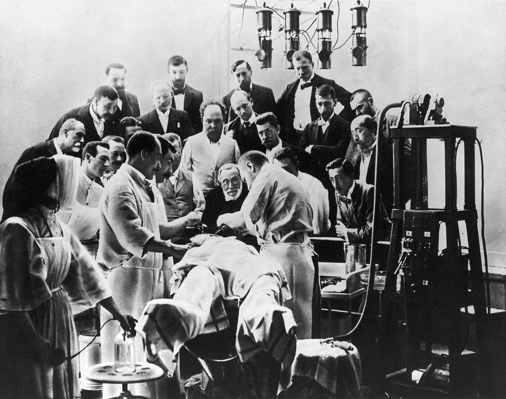 Rudolf Virchow beobachtet eine Schädeloperation in Paris, 2. August 1900; © bpk-Bildagentur