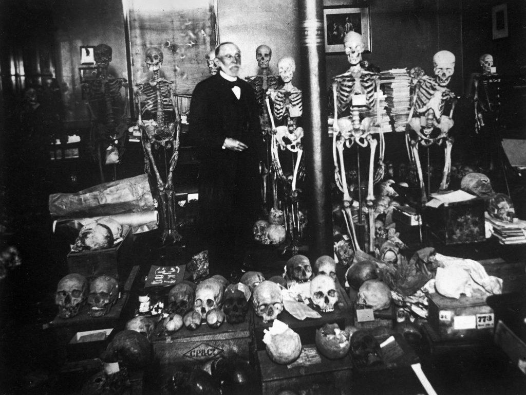 Rudolf Virchow in seinem Arbeitszimmer des pathologischen Instituts der Berliner Charité, um 1900; © bpk-Bildagentur