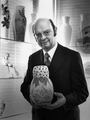 Karl H. Bröhan mit einer Jugendstil-Vase aus seiner Sammlung, 1970er-Jahre; © picture alliance / RMR