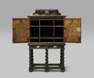 Gérard Dagly-Werkstatt, Kleiner Münzschrank mit geöffneten Türen, 165cm × 105cm × 48cm; Museum für Lackkunst; © Museum für Lackkunst, Münster