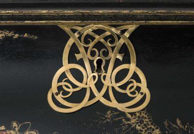 Gérard Dagly-Werkstatt, Kleiner Münzschrank, Detail der Bedachung mit ligiertem Spiegelmonogramm König Friedrichs I., 165cm × 105cm × 48cm; Museum für Lackkunst; © Museum für Lackkunst, Münster