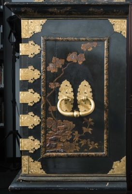 Gérard Dagly-Werkstatt, Kleiner Münzschrank, Handhabe und Griffbeschläge der rechten Seitenwand, 165cm × 105cm × 48cm; Museum für Lackkunst; © Museum für Lackkunst, Münster