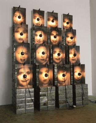 Christian Boltanski, »Réliquaire«, 1990, Installation, 300 x 215 x 94 cm, Karlsruhe, © 2014 VG Bild-Kunst, Bonn, Foto © ZKM | Zentrum für Kunst und Medien Karlsruhe, Foto: ONUK