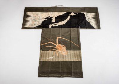 Nagajuban (für einen Mann) Seide, Japan, um 1930 Dekor: oberer Bereich Karte mit Japan, China, Korea und NW-Küste Amerikas; im unteren Bereich Langusten. Foto: Fotostudio Lossen, Heidelberg