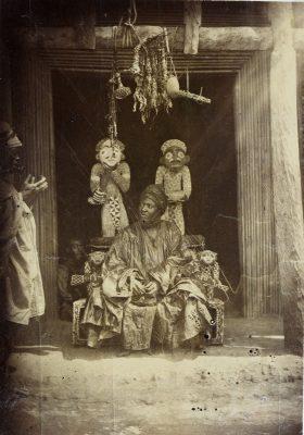 König Njoya auf seinem perlenbestickten Thron, 1902. © Foto: Hans von Ramsay