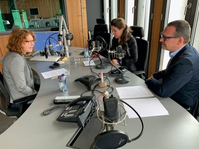 Christiane Habermalz (l.) im Gespräch mit Inés de Castro und Markus Hilgert. © Hans-Georg Moek