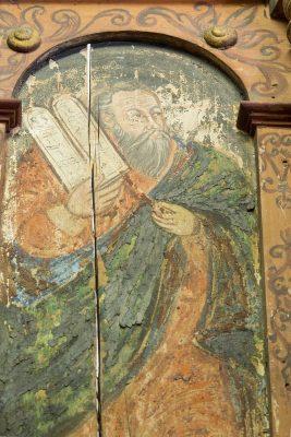 Detail der Seitenwand der Kanzel: Moses mit den Gebotstafeln. Ein langer Riss im Holz zieht sich durch die gesamte Malerei. © Foto: Jan Großmann