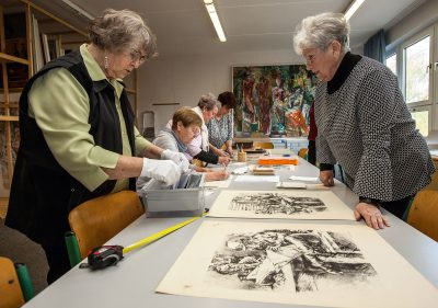 Mitglieder des Archivs Bildende Kunst – Mecklenburgische Seenplatte bei der Aufnahme des Frühwerks von Karlheinz Wenzel. Foto: Bernd Lasdin