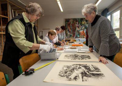 Mitglieder des Archivs Bildende Kunst – Mecklenburgische Seenplatte bei der Aufnahme des Frühwerks von Karlheinz Wenzel, 2019, © Foto: Bernd Lasdin