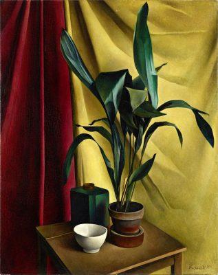 Stilleben mit hölzernem Tisch, gedeckt mit einer weißen Porzellanschale, einer eckigen, grünen Flasche auf einem Holzschemel und einer immergrünen Pflanze im Blumentopf vor rotem und gelbem Tuch.