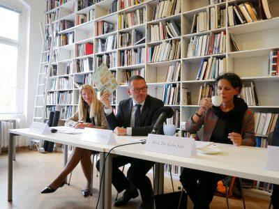 Dr. Britta Kaiser-Schuster, Prof. Dr. Markus Hilgert, Prof. Dr. Gora Jain; Pressekonferenz Künstlervor- und -nachlässe © Foto: Johannes Fellmann