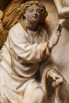 Ein Detail des Alabasterreliefs für das Museum Schnütgen in Köln, erworben mit Unterstützung der Kulturstiftung der Länder, zeigt einen Engel im Anflug mit grüßender Geste