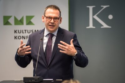 Begrüßung durch Prof. Dr. Markus Hilgert, Generalsekretär der Kulturstiftung der Länder; Foto: Ralf Rühmeier/KMK