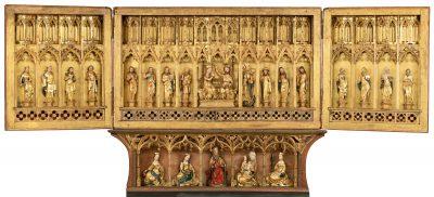 Bild zeigt ein nach links und rechts geöffnetes Retabel, vergoldet mit goldenen und bemalten Figuren, es ist das Retabel aus der Trinitatishospital-Kapelle in Hildesheim und Bestandteil der Ausstellung Zeitenwende 1400 in Hildesheimer Dom, gefördert von der Kulturstiftung der Länder