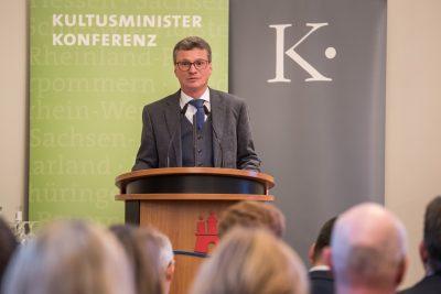 Bernd Sibler, stellvertretender Vorsitzender der Kulturministerkonferenz, eröffnet die Presseveranstaltung; © Kulturstiftung der Länder/Ralf Rühmeier