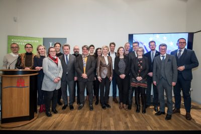 Gruppenfoto (v.l. Sylvain Pasqua, Sylvia Amann, Vertreterinnen und Vertreter der fünf Städte, Bernd Sibler, Markus Hilgert); © Kulturstiftung der Länder/Ralf Rühmeier