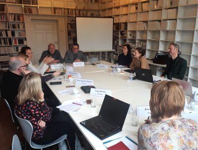 Prof. Dr. Markus Hilgert und Dr. Ulrich Fuchs tauschen sich mit den Teilnehmer*innen des Workshops aus © Kulturstiftung der Länder
