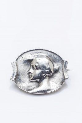 Sofie Burger-Hartmann, Brosche, 1898, Silber, getrieben, verbödet,  Sammlung Dry-von Zezschwitz; © Foto: Münchner Stadtmuseum