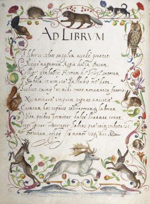 Lateinische Gedichte, die an das Buch und seine Betrachter gerichtet sind, in einer gemalten Umrandung aus tanzenden Tieren, die über Obst- und Blumenranken springen, oben Vögel und unten Fische; © HAB Wolfenbüttel
