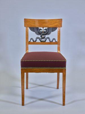 Stuhl mit Allianzwappen in der Rückenlehne nach Entwurf von Karl Friedrich Schinkel 1833 (aus einem Satz von sechs Stühlen) © Stiftung Stadtmuseum Berlin, Foto: Dorin Ionita