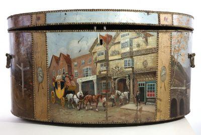 Die Vorderseite der kostbaren Reisetruhe zeigt eine Kutsche mit angespannten Pferden inmitten einer Londoner Straßenszene © Stadtgeschichtliches Museum Leipzig