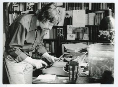 Wolf Biermann in seiner Ostberliner Wohnung Chausseestraße 131 im Jahr 1975 an seiner Schreibmaschine Erika; © Archiv Wolf Biermann, Staatsbibliothek zu Berlin
